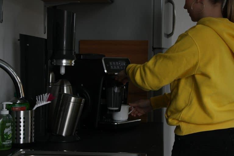 Küche mit Kaffeemaschine